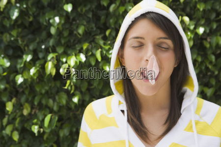 teenager maedchen mit geplatztem blasen zahnfleisch