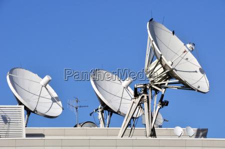 satellitenkommunikation geschirr auf einem dach