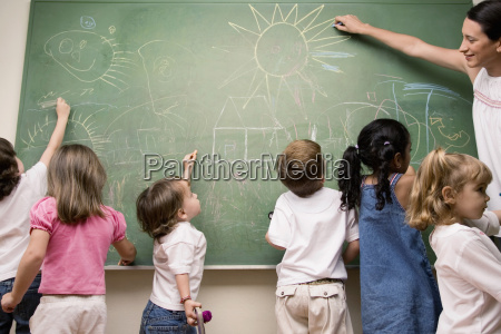 weibliche lehrer ihre schueler in einem