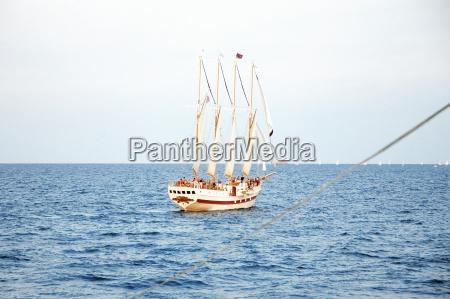 gruppe von menschen auf einem segelboot