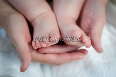 babyfuesse in mutterhaenden