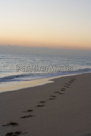 erhoehte ansicht von fussspuren am strand