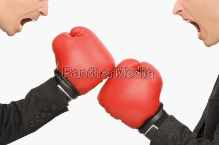 seitenprofil von zwei geschaeftsleute boxen