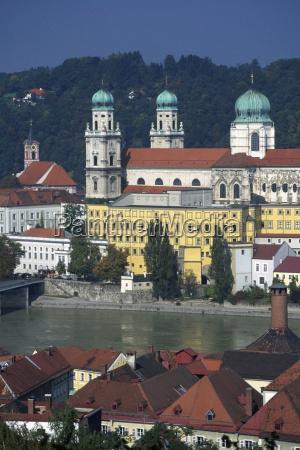 kirche am flussufer passau bayern deutschland