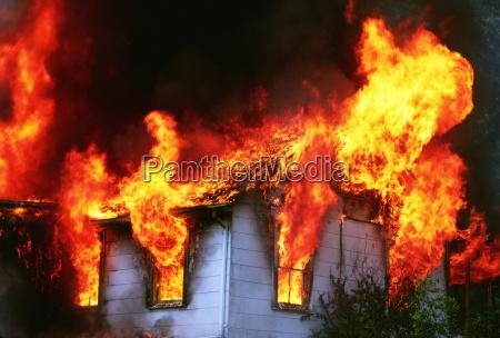 flammen aus einem brennenden haus montgomery