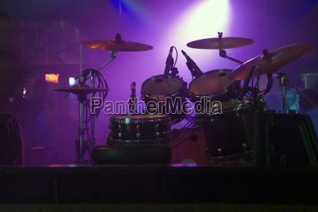 spotlight auf einem drum kit in