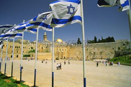 israelische flaggen an einem schrein und