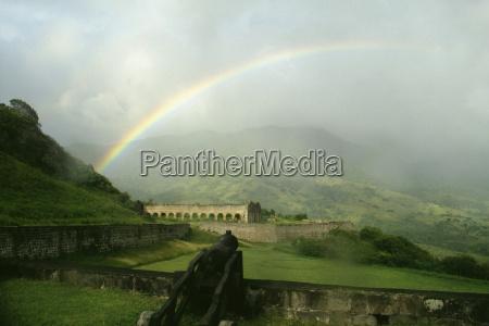 blick auf einen wunderschoenen regenbogen woelbte