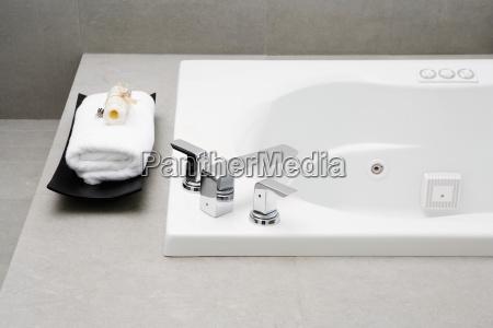 hohe winkelsicht einer badewanne im badezimmer