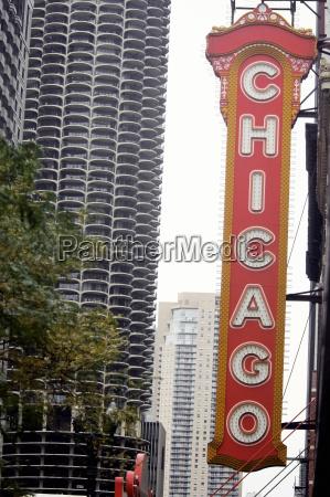 low winkelansicht eines schilderbretts chicago theater