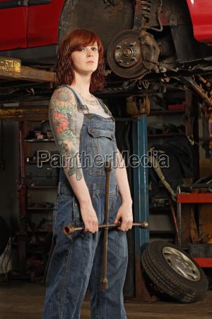 weibliche mechaniker mit montiereisen