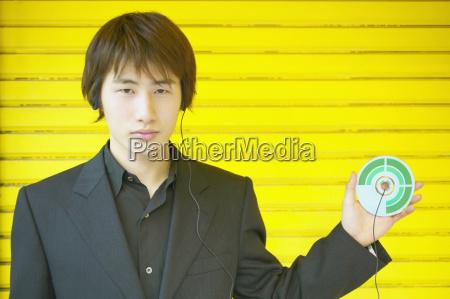 portrait eines jungen mannes der ein