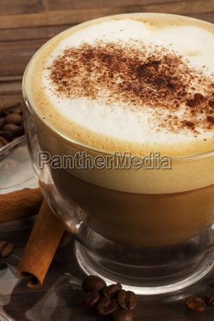 cappuccino mit schokopulver und zimt