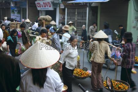 gruppe von menschen in einem markt