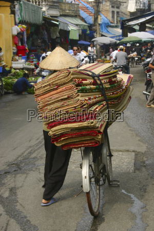 rueckansicht eines mannes verkauf teppiche in
