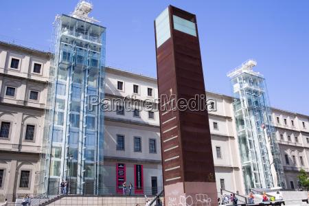 denkmal vor einem museum museo reina