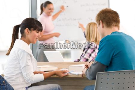 gymnasiasten mit professor