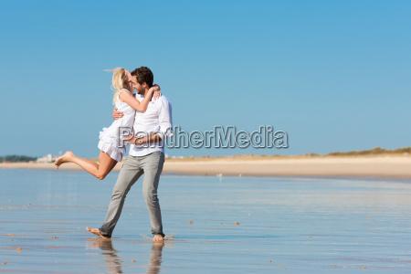 paar am strand im sommer