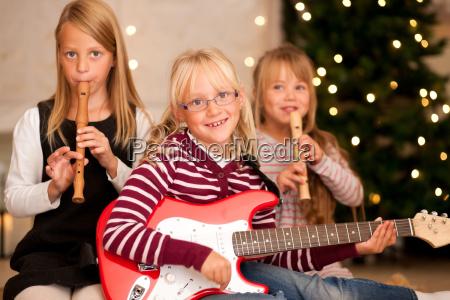 kinder musizieren an weihnachten
