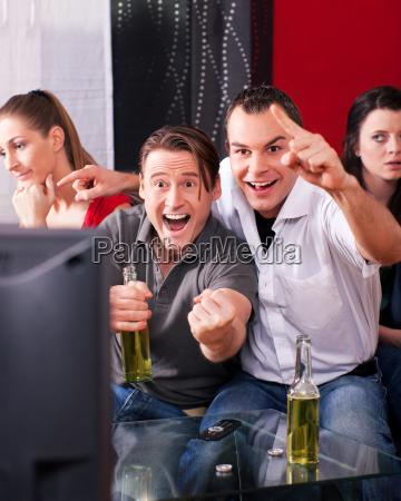 freunde sehen fernsehen
