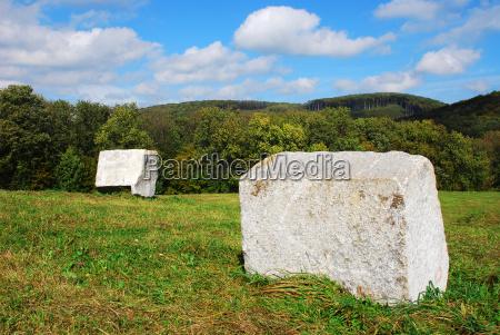 steinblock in der landschaft