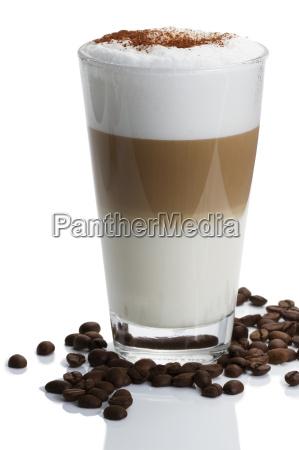 latte macchiato mit kaffeebohnen