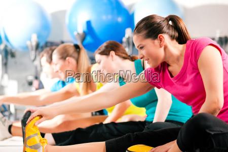gruppe im fitnessstudio beim aufwaermen