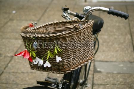 fahrradkorb dekoriert mit blumen