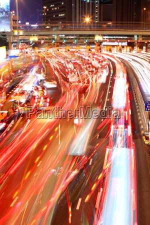 stau in hongkong bei nacht