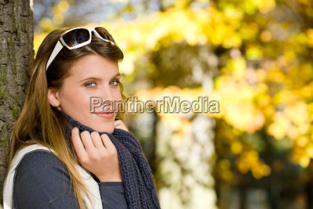 herbstpark modefrau mit sonnenbrille