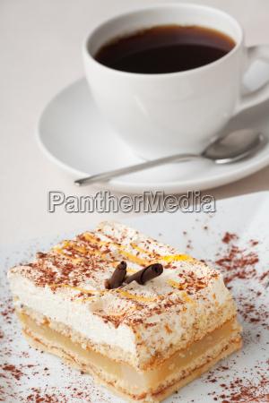 birnenschnitte und eine tasse kaffee
