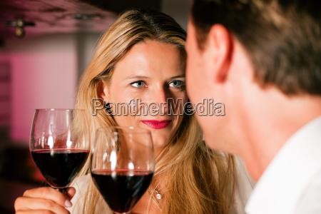 mann und frau flirten in hotelbar