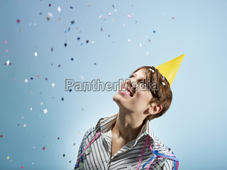 geschaeftsfrau mit konfetti