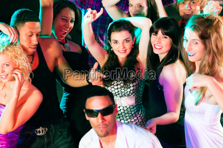 freunde tanzen in disco oder club