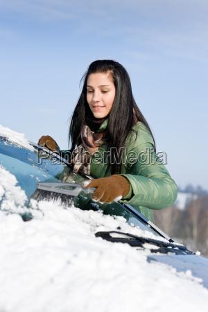 winterauto frau schnee von windschutzscheibe