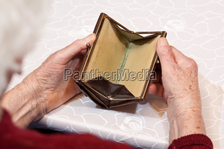leeres portemonnaie in seniorenhaenden 2