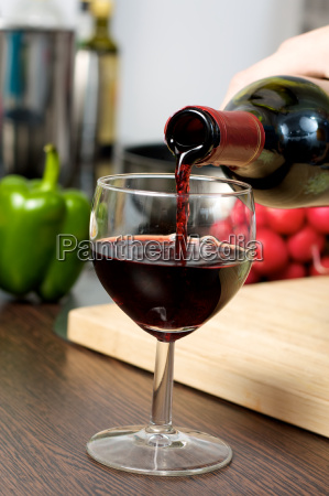 rotwein in kueche giessen
