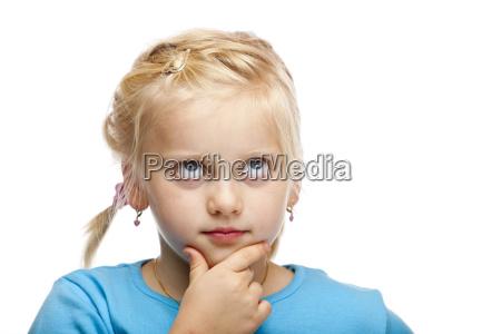 junges maedchen denkt nach