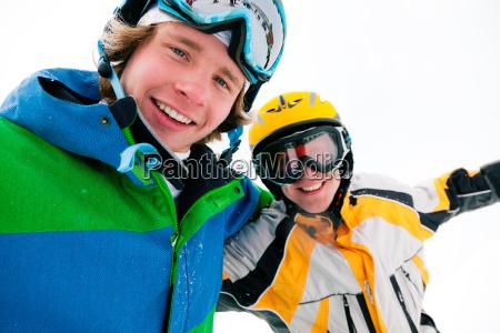 schifahrer und snowboarder
