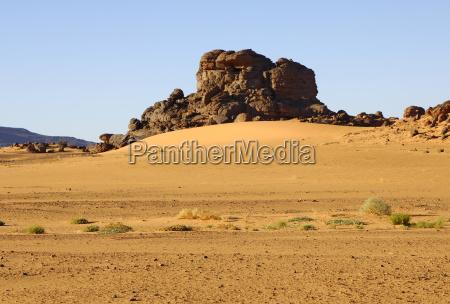 erodierter granithuegel in der sahara libyen