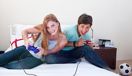 jungen und maedchen spielen videospiele