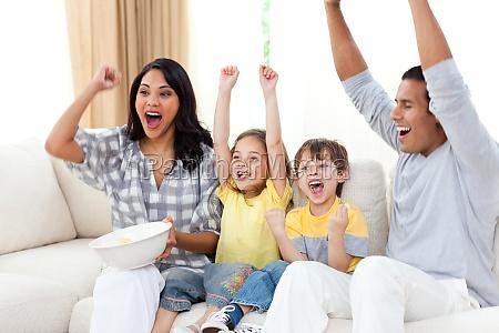 animierte familie schaut auf sofa fern