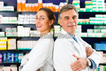 apotheker team in der apotheke