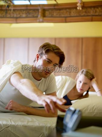 junges paar in dem aufwachen am