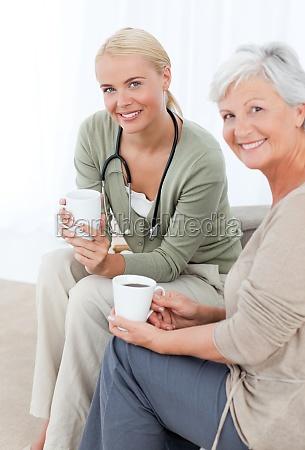 doktor der mit ihrem patienten trinkt