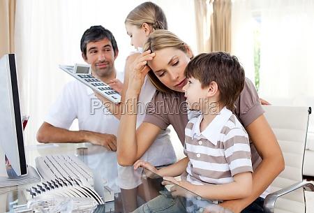 eltern helfen ihre kinder hausaufgaben machen