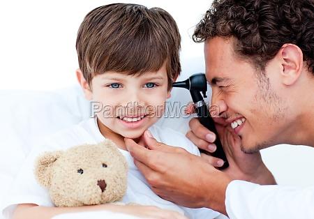 attraktive arzt untersuchen patienten ohren