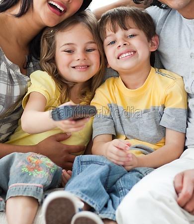 entzueckende kinder beim fernsehen mit ihren