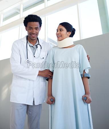 ein arzt helfen einen patienten mit