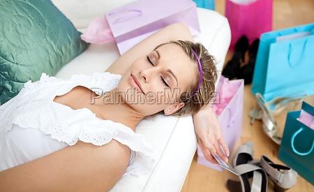 glueckliche frau entspannung nach dem einkauf